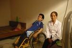Cảm phục ý chí của thí sinh được mẹ đưa đi thi trên xe lăn