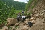 Sạt lở đất khi đang thi công đường: 2 anh em ruột bị tử vong