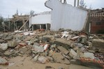 Hình ảnh nhà bị quật ngã, nước lũ 'cắt đôi' cửa hàng ở miền Trung