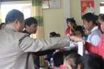 Trao 50 suất quà cho 50 học sinh nghèo ở trường học vùng khó khăn