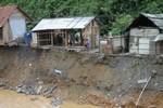 Nghệ An, Hà Tĩnh: Hàng chục nhà dân bị nước lũ cô lập, uy hiếp