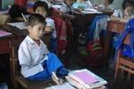 Một câu chuyện cảm động: Trò không tay, cô cầm chân dạy viết