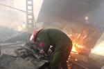 Lửa bốc cháy thiêu rụi hàng trăm mét vuông nhà xưởng