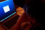 Ánh sáng màu xanh từ điện thoại, tivi gây hại sức khỏe ra sao?