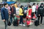 Chùm ảnh: Sinh viên về quê đón Tết dương trong mưa phùn