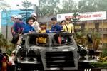 Bất ngờ mưa lớn, thí sinh tới trường bằng xe chuyên dụng của Quân đội