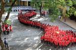 Học sinh hát quốc ca, xếp hình tổ quốc thể hiện lòng yêu nước