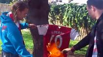 Clip: Fan Arsenal khắp thế giới rủ nhau đốt áo Van Persie 'phản bội'