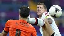 Arsene Wenger điên tiết đạp vào mặt Van Persie
