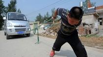 Kinh ngạc bé trai Trung Quốc 7 tuổi cõng người 90 kg, kéo xe tải 2 tấn