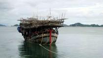 Chùm ảnh: Tàu hải quân cứu sống 31 ngư dân gặp nạn trên biển Đông