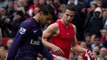 Arsene Wenger nổi giận với sao Arsenal xin áo Van Persie ngay hiệp 1