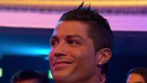 Ronaldo viết tâm thư gửi Messi: Bộ đồ của cậu như chú hề!
