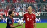 Alba lại chơi xấu: Ném bóng vào mặt Robben