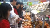 Clip: NTD nghi ngờ nguồn gốc gà dai bán tại BigC Thăng Long