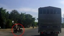Camera ô tô ghi lại cảnh xe máy vượt đèn đỏ gây tai nạn