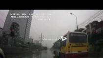 Clip 3 xe buýt Hà Nội cùng vượt đèn đỏ