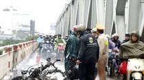 Xe ga cháy trơ khung trong mưa bão, cầu Chương Dương ùn tắc