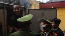 Ảnh: Đối diện án tử, sát thủ Đặng Trần Hoài tươi cười bước vào tòa