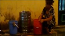Clip: 'Ảo thuật' biến bia cũ thành mới ngay trên vỉa hè phố cổ Hà Nội