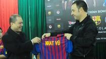 Ông Phạm Nhật Vũ được Barcelona tặng áo thi đấu