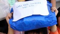 Học sinh Hà Nội khóc nức nở vì không kịp làm từ thiện