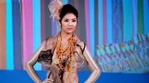 Thùy Dung, Ngọc Hân tự tin trình diễn thời trang ở London