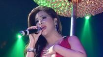 Minh Tuyết mặc váy mỏng xẻ sâu diễn tại Hà Nội