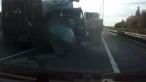 Lái xe thoát chết khó tin sau va chạm với xe container