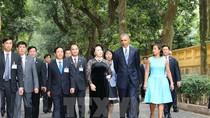 Ảnh: Tổng thống Hoa Kỳ Obama thăm nhà sàn, ao cá Bác Hồ