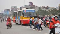 Những kiểu sang đường nguy hiểm trước trường ĐH Thương mại Hà Nội