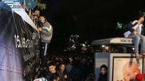 Ảnh: Hàng vạn người dân Hà Nội chen vai, leo rào đón năm mới