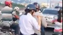 Nữ sinh Sài Gòn ngồi sau xe máy vội vã ăn cốc mỳ trên đường tới lớp