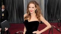 Angelina Jolie trần tình vụ cố tình khoe chân tại Oscar