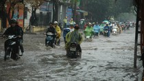 """Mưa lớn, nhiều tuyến phố của thủ đô biến thành """"sông"""""""