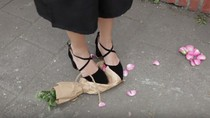 Giẫm hoa để được tặng quà - đừng cổ xuý cho hành xử thiếu văn hoá