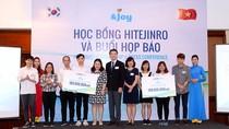 Trao học bổng 200 triệu đồng cho 10 sinh viên xuất sắc ở Hà Nội