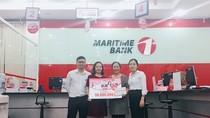 Khách hàng đầu tiên may mắn nhận sổ tiết kiệm 50 triệu đồng từ Maritime Bank