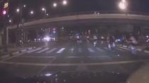 Video: Hàng loạt cua-rơ vượt đèn đỏ, gây náo loạn đường phố Sài Gòn