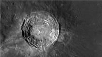"""Cận cảnh """"siêu hố sâu"""" mặt trăng"""