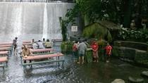 Khám phá nhà hàng dưới thác nước ở Philippines