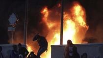 Góc ảnh: Bạo loạn sân cỏ dữ dội, ít nhất 74 người thiệt mạng