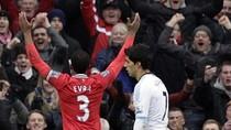 Tương phản: Suarez cúi đầu lầm lũi, Evra nhảy cẫng vỡ òa