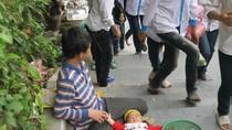 """Xót xa: Hình ảnh những em nhỏ ăn mày bị """"hành xác"""" tại các lễ hội (P1)"""