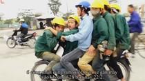 """Video: Phát hoảng cảnh 6 công nhân """"làm xiếc"""" trên một chiếc xe máy"""