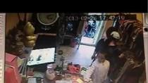 Clip: Bé gái trộm điện thoại trong cửa hàng