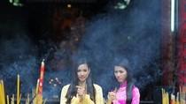 Vương Thu Phương đến chùa cùng bạn thi Hoa hậu VN