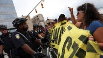 Người biểu tình chống Obama phong tỏa trung tâm hội nghị đảng Dân chủ