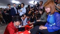 Ứng cử viên Tổng thống Hàn Quốc rửa chân cho một phụ nữ Việt Nam