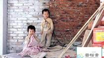 Không có tiền thuê người trông, xích hai con vào tường để đi làm